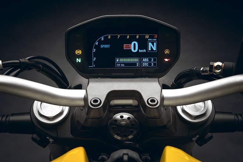 Ducati Monster 821 2018 2 - ยกระดับ ปรับออฟชั่น!! Ducati Monster 821 2018  ฉลอง 25 ปี ครอบครัวมอนสเตอร์ - ถือเป็นการฉลองครบรอบ 25 ปีของ Ducati Monster ในปี 2018 หลังจากส่ง Monster รุ่น M900 ออกมาจากโรงงานในปี 1993 ซึ่งก็เป็นโอกาสพิเศษในการเฉลิมฉลองให้กับครอบครัว Monster ด้วยการเปิดตัวน้องใหม่คันล่าสุด Ducati Monster 821 2018