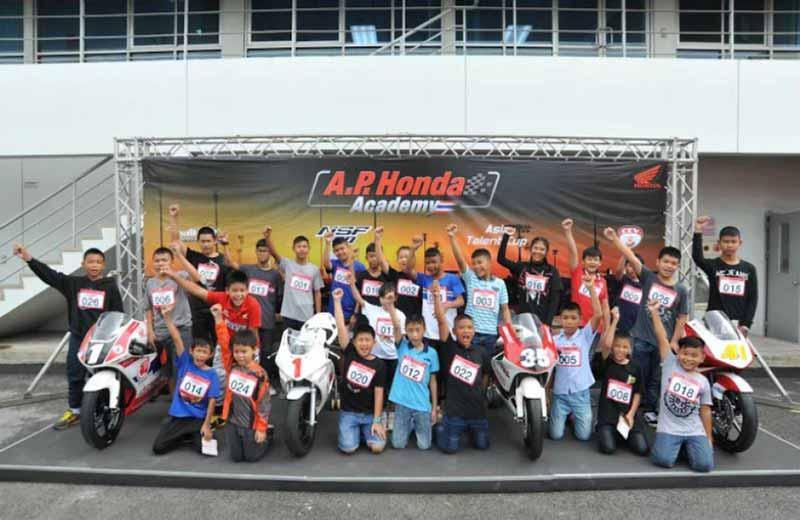 MotoWish AP Honda Academy Thailand 2017 Bangkok - A.P. Honda Academy บิดล่าฝัน...เฟ้นหาดาวรุ่งดวงใหม่ หนทางสู่นักแข่งระดับโลก - บริษัท เอ.พี.ฮอนด้า จำกัด เปิดโครงการ A.P. Honda Academy Thailand บิดล่าฝัน...เฟ้นหาดาวรุ่งดวงใหม่ โดยเปิดรับสมัครผู้ที่สนใจเข้าร่วมการคัดเลือก เพื่อเข้าสู่การพัฒนาความสามารถเป็นนักแข่งรถจักรยานยนต์มืออาชีพ ในสังกัด เอ.พี.ฮอนด้า เป็นระยะเวลา 2 ปี กับอดีตนักแข่ง MotoGP