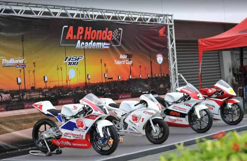 MotoWish AP Honda Academy Thailand 2017 NSF100 - A.P. Honda Academy บิดล่าฝัน...เฟ้นหาดาวรุ่งดวงใหม่ หนทางสู่นักแข่งระดับโลก - บริษัท เอ.พี.ฮอนด้า จำกัด เปิดโครงการ A.P. Honda Academy Thailand บิดล่าฝัน...เฟ้นหาดาวรุ่งดวงใหม่ โดยเปิดรับสมัครผู้ที่สนใจเข้าร่วมการคัดเลือก เพื่อเข้าสู่การพัฒนาความสามารถเป็นนักแข่งรถจักรยานยนต์มืออาชีพ ในสังกัด เอ.พี.ฮอนด้า เป็นระยะเวลา 2 ปี กับอดีตนักแข่ง MotoGP