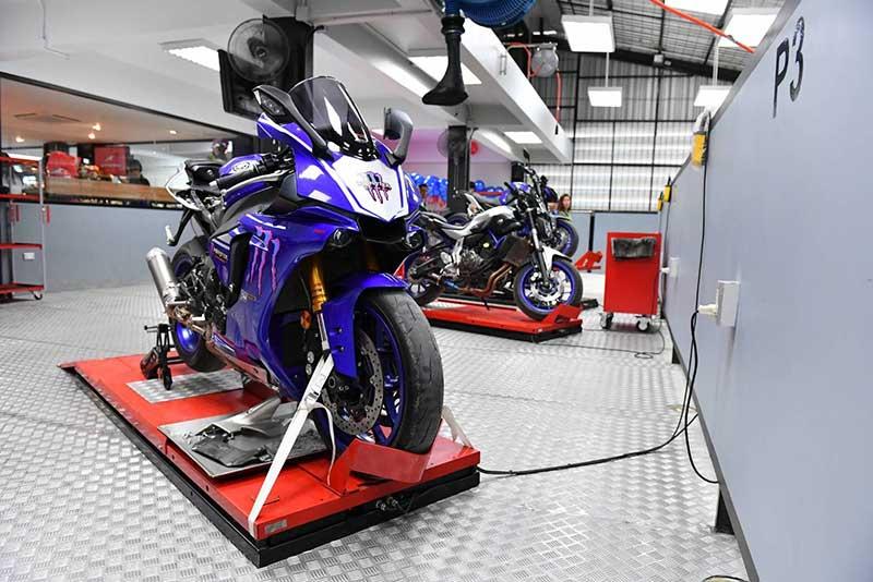 """Yamaha Riders' club Nakornsawan 1 - Yamaha รุกตลาดบิ๊กไบค์ภาคกลาง ทุ่มงบกว่า 50 ล้านเปิดโชว์รูม """"ยามาฮ่า ไรเดอร์ส คลับ นครสวรรค์"""" - นายประพันธ์ พลธนะวสิทธิ์ (คนกลาง) รองประธานกรรมการบริหาร พร้อมด้วยผู้บริหารระดับสูง บริษัท ไทยยามาฮ่ามอเตอร์ จำกัด และนายสมเกียรติ อรุณวรากรณ์ (คนที่ 4 จากซ้าย) กรรมการผู้จัดการ บริษัท ส.อรุณ เซลส์เซอร์วิสเซ็นเตอร์ จำกัด ร่วมทำพิธีเปิดโชว์รูม Yamaha Riders' club Nakhonsawan โดย ส.อรุณ เซลส์เซอร์วิสเซ็นเตอร์"""