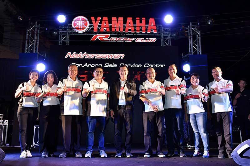 """Yamaha Riders' club Nakornsawan 5 - Yamaha รุกตลาดบิ๊กไบค์ภาคกลาง ทุ่มงบกว่า 50 ล้านเปิดโชว์รูม """"ยามาฮ่า ไรเดอร์ส คลับ นครสวรรค์"""" - นายประพันธ์ พลธนะวสิทธิ์ (คนกลาง) รองประธานกรรมการบริหาร พร้อมด้วยผู้บริหารระดับสูง บริษัท ไทยยามาฮ่ามอเตอร์ จำกัด และนายสมเกียรติ อรุณวรากรณ์ (คนที่ 4 จากซ้าย) กรรมการผู้จัดการ บริษัท ส.อรุณ เซลส์เซอร์วิสเซ็นเตอร์ จำกัด ร่วมทำพิธีเปิดโชว์รูม Yamaha Riders' club Nakhonsawan โดย ส.อรุณ เซลส์เซอร์วิสเซ็นเตอร์"""