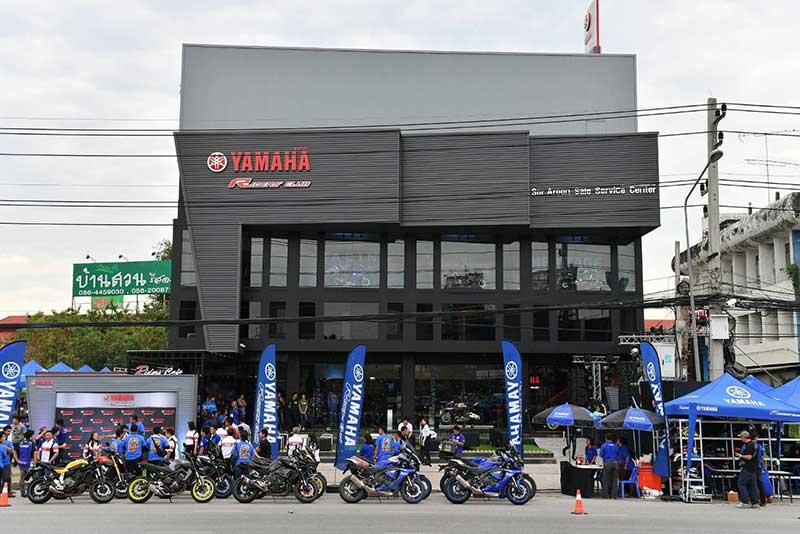 """Yamaha Riders' club Nakornsawan - Yamaha รุกตลาดบิ๊กไบค์ภาคกลาง ทุ่มงบกว่า 50 ล้านเปิดโชว์รูม """"ยามาฮ่า ไรเดอร์ส คลับ นครสวรรค์"""" - นายประพันธ์ พลธนะวสิทธิ์ (คนกลาง) รองประธานกรรมการบริหาร พร้อมด้วยผู้บริหารระดับสูง บริษัท ไทยยามาฮ่ามอเตอร์ จำกัด และนายสมเกียรติ อรุณวรากรณ์ (คนที่ 4 จากซ้าย) กรรมการผู้จัดการ บริษัท ส.อรุณ เซลส์เซอร์วิสเซ็นเตอร์ จำกัด ร่วมทำพิธีเปิดโชว์รูม Yamaha Riders' club Nakhonsawan โดย ส.อรุณ เซลส์เซอร์วิสเซ็นเตอร์"""