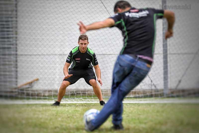 MotoWish-Jonathan-Rea-Football-Kawasaki-Thailnad-Factory-Rayong-1