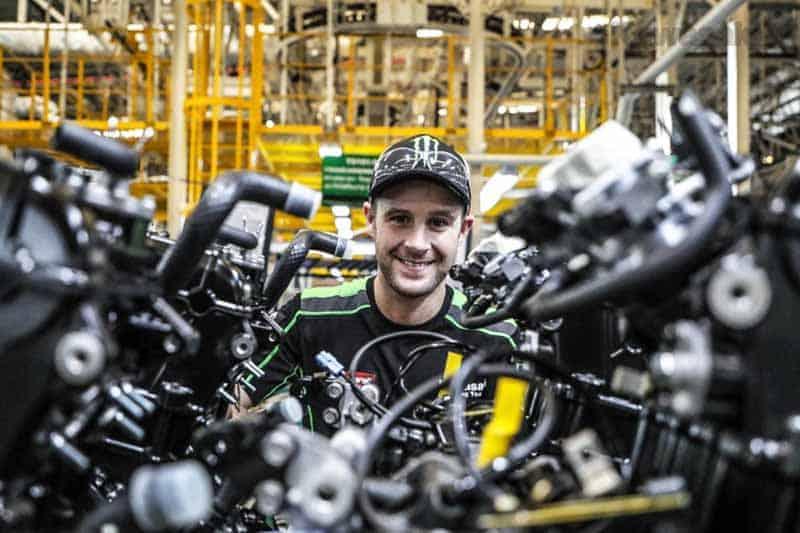 แชมป์โลก 3 สมัย โจนาธาน เรีย เยี่ยมชมโรงงานผลิตรถ New Ninja 400 รุ่นใหม่ล่าสุด | MOTOWISH 50