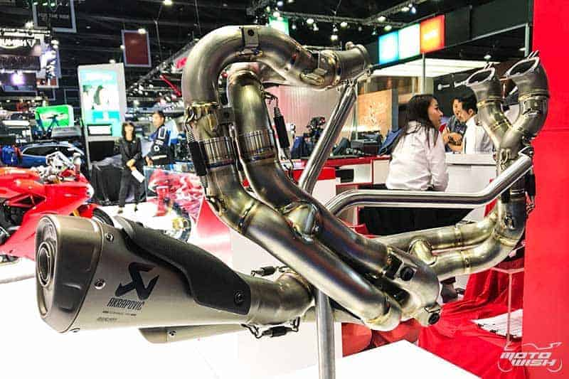 MotoWish Akrapovic Full Race Exhaust Ducati Panigale V4 Set 2018 - เปิดราคาท่อ Akrapovic Full Race สำหรับรถ Ducati Panigale V4 พร้อมอัพเกรดซอฟแวร์จากอิตาลี - หลังจากรถสปอร์ต Ducati Panigale V4 เปิดจองทำยอดขายเป็นประวัติการณ์ในไทยไปแล้วนั้น บรรดาสาวกก็สรรหาของแต่งรอการมาของเจ้า V4 โดยทาง ดูคาติ ไทยแลนด์ ไม่รอช้าเปิดวางจำหน่ายท่อ Akrapovic Full Race สำหรับรถ Ducati Panigale V4 โดยเฉพาะ