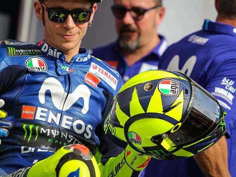 """Valentino Rossi AGV Pista GP R MotoGP 2018 7 - สวย เรียบง่าย แต่ทรงพลัง หมวกกันน็อคลายใหม่ของ """"วาเลนติโน่ รอสซี่"""" ที่จะใช้ใน MotoGP 2018 - เผยโฉมแล้วสำหรับหมวกกันน็อคลายใหม่ของ """"วาเลนติโน่ รอสซี่"""" ที่เปิดเผยต่อสายตาชาวโลกในช่วงถ่ายภาพนักแข่ง MotoGP ประจำปี 2018 ก่อนเกมส์การแข่งขันสนามแรกจะเริ่มขึ้นที่กาตาร์"""