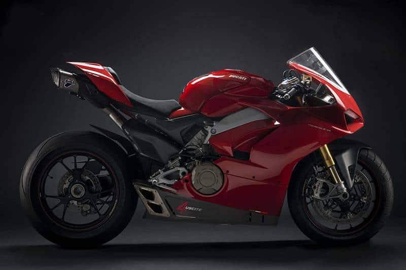 "Ducati Panigale V4 Termignoni - ดูดี มีสไตส์ ""Ducati Panigale V4"" สวมดีไซน์ท่อ ""Termignoni"" พร้อมฟังเสียงสุดเร้า - อีกหนึ่งค่ายท่อไอเสียคู่บุญของ Ducati อย่าง ""Termignoni"" ท่อไอเสียที่มีความผูกพันกับค่ายแดงมาอย่างช้านาน หากนึกถึงท่อของค่ายนี้ ผสานกับเสียงเครื่อง และครัทช์แห้งของ Ducati มันช่างมีสเน่ห์เสนาะหูเสียนี่กะไร"