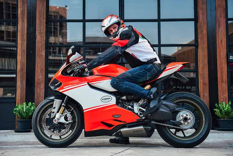 "MotoWish Ducati 1199 Superleggera mileage one hundred thousand Mr.Wolfgang KÜberl 1 - รถ Ducati 1199 Superleggera ราคา 4 ล้านบาท คันแรกของโลกที่ขี่ใช้งานจริงทะลุ 100,000 กม. - ""ผมชื่นชอบการขี่รถในประเทศไทย ที่นี่เป็นประเทศที่เหมาะกับการขี่รถท่องเที่ยว เนื่องจากเส้นทางของจังหวัดต่างๆ ในประเทศไทย มีโค้งหลายโค้ง วิวทิวทัศน์สวยงาม ทัศนวิสัยค่อนข้างชัดเจนถ้าเทียบกับการขี่รถในประเทศอื่นๆ ผู้คนน่ารัก ผมจึงซื้อ Ducati Superleggera (ดูคาติ ซูเปอร์เลกเจลร่า) จำนวน 2 คัน ไว้ใช้งานในเมืองไทย"