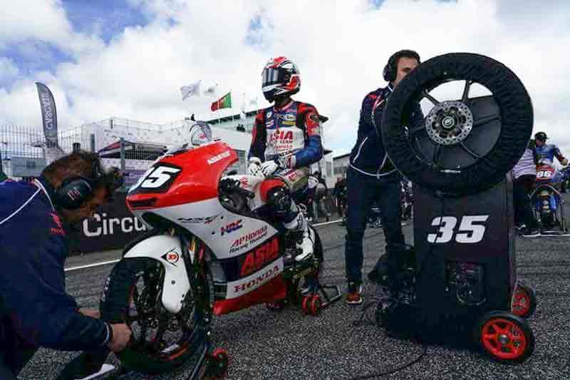 """MotoWish Moto3 Junior 2018 Round2 Somkiat Chantra - อัพเดตผลงานทีมแข่ง เอ.พี. ฮอนด้า เรซซิ่ง ไทยแลนด์ สองดาวรุ่งบนเวทีระดับโลก """"ก้อง-ชิพ"""" (ตอนที่ 2) - ความคืบหน้าของโปรเจกต์ บิดล่าฝัน ปั้นเยาวชนนักบิดไทยในโครงการ """"เอ.พี.ฮอนด้า อะคาเดมี ไทยแลนด์""""ที่ได้นำเสนอไปในตอนแรกแล้วนั้น สำหรับการอัพเดตผลงานทีมแข่ง """"เอ.พี. ฮอนด้า เรซซิ่ง ไทยแลนด์"""" ในตอนที่ 2 นี้ เรามาโฟกัสกันที่สองนักบิดดาวรุ่งค่ายปีกนกก้อง-สมเกียรติ จันทราและชิพ-นครินทร์ อธิรัฐภูวภัทร์"""