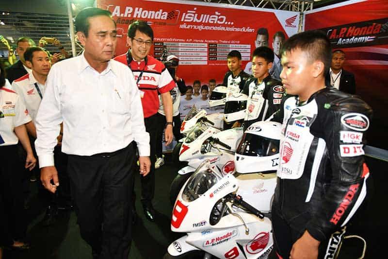 """จันทร์โอชา เอ.พี ฮอนด้า Honda RC213V S 2 - นายกรัฐมนตรี ประยุทธ์ จันทร์โอชา เยี่ยมพิทแข่งทีม เอ.พี.ฮอนด้า """"ชม Honda RC213V-S 8.7 ล้านบาท"""" - สนามช้าง อินเตอร์เนชั่นแนล เซอร์กิต จ.บุรีรัมย์เปิดสนามต้อนรับพล.อ.ประยุทธ์ จันทร์โอชา นายกรัฐมนตรี พร้อมคณะเข้าเยี่ยมชมการเตรียมความพร้อมของประเทศไทย (7 พ.ค. 2561) ในการเป็นเจ้าภาพจัดการแข่งขันจักรยานยนต์ทางเรียบชิงแชมป์โลกสนามที่ 15 รายการ พีทีที ไทยแลนด์ กรังด์ปรีซ์ (PTT Thailand Grand Prix 2018)"""