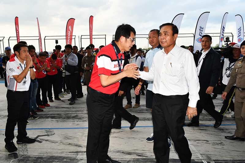 """จันทร์โอชา เอ.พี ฮอนด้า Honda RC213V S 3 - นายกรัฐมนตรี ประยุทธ์ จันทร์โอชา เยี่ยมพิทแข่งทีม เอ.พี.ฮอนด้า """"ชม Honda RC213V-S 8.7 ล้านบาท"""" - สนามช้าง อินเตอร์เนชั่นแนล เซอร์กิต จ.บุรีรัมย์เปิดสนามต้อนรับพล.อ.ประยุทธ์ จันทร์โอชา นายกรัฐมนตรี พร้อมคณะเข้าเยี่ยมชมการเตรียมความพร้อมของประเทศไทย (7 พ.ค. 2561) ในการเป็นเจ้าภาพจัดการแข่งขันจักรยานยนต์ทางเรียบชิงแชมป์โลกสนามที่ 15 รายการ พีทีที ไทยแลนด์ กรังด์ปรีซ์ (PTT Thailand Grand Prix 2018)"""