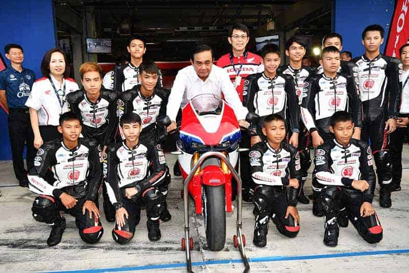 """จันทร์โอชา เอ.พี ฮอนด้า Honda RC213V S - นายกรัฐมนตรี ประยุทธ์ จันทร์โอชา เยี่ยมพิทแข่งทีม เอ.พี.ฮอนด้า """"ชม Honda RC213V-S 8.7 ล้านบาท"""" - สนามช้าง อินเตอร์เนชั่นแนล เซอร์กิต จ.บุรีรัมย์เปิดสนามต้อนรับพล.อ.ประยุทธ์ จันทร์โอชา นายกรัฐมนตรี พร้อมคณะเข้าเยี่ยมชมการเตรียมความพร้อมของประเทศไทย (7 พ.ค. 2561) ในการเป็นเจ้าภาพจัดการแข่งขันจักรยานยนต์ทางเรียบชิงแชมป์โลกสนามที่ 15 รายการ พีทีที ไทยแลนด์ กรังด์ปรีซ์ (PTT Thailand Grand Prix 2018)"""