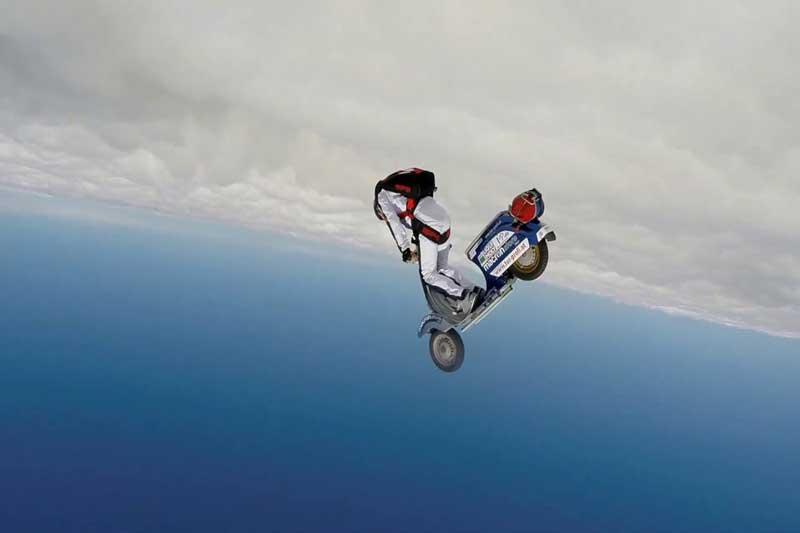 นึกว่า The Fast ภาคใหม่ สตั๊นแมนโชว์ขี่เวสป้า ดิ่งเวหาลงจากเครื่องบิน   MOTOWISH