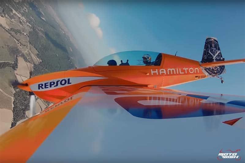 Marc Marquez ลอยหมุนติ้วกลางอากาศ กับ Juan Velarde นักบินผาดโผนระดับแนวหน้า | MOTOWISH