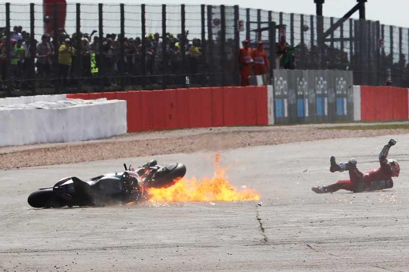 ช็อตเด็ดอุบัติเหตุรถ MotoGP โดวิบินข้ามรถควอตาราโร่ ไฟลุก 8 เมตร!! รอดตายปาฏิหาริย์   MOTOWISH 2