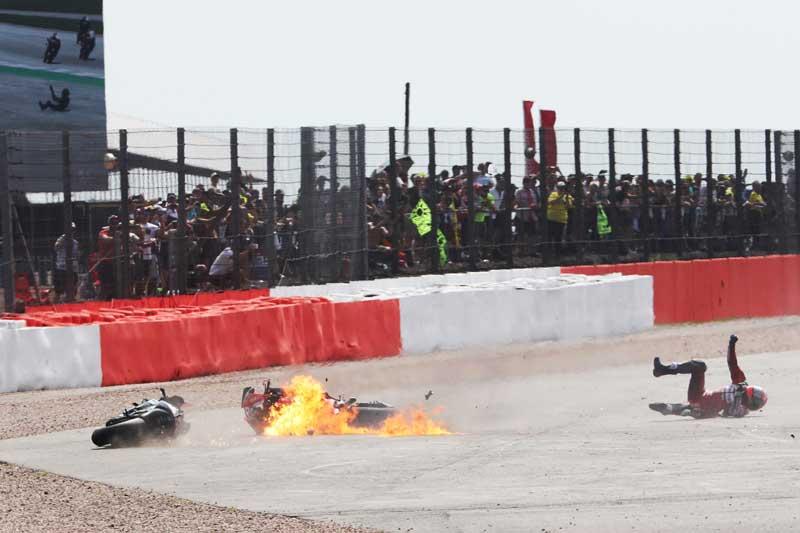 ช็อตเด็ดอุบัติเหตุรถ MotoGP โดวิบินข้ามรถควอตาราโร่ ไฟลุก 8 เมตร!! รอดตายปาฏิหาริย์ | MOTOWISH 3