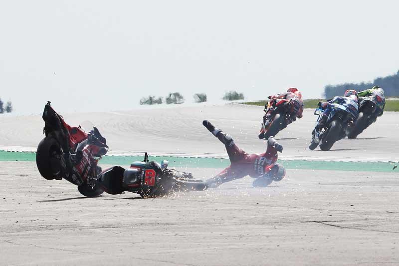 ช็อตเด็ดอุบัติเหตุรถ MotoGP โดวิบินข้ามรถควอตาราโร่ ไฟลุก 8 เมตร!! รอดตายปาฏิหาริย์   MOTOWISH 4