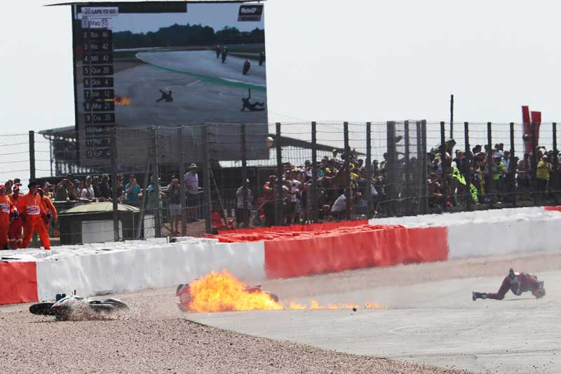 ช็อตเด็ดอุบัติเหตุรถ MotoGP โดวิบินข้ามรถควอตาราโร่ ไฟลุก 8 เมตร!! รอดตายปาฏิหาริย์   MOTOWISH 5