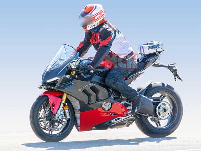 เผยภาพ Spy Shot รถ Ducati Panigale V4 Superleggera มาพร้อมแฟริ่งคาร์บอนไฟเบอร์ | MOTOWISH 3