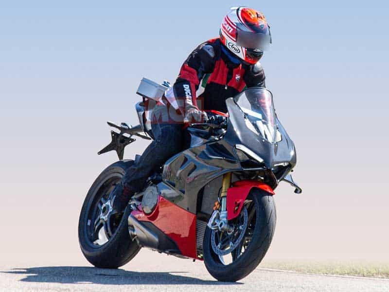เผยภาพ Spy Shot รถ Ducati Panigale V4 Superleggera มาพร้อมแฟริ่งคาร์บอนไฟเบอร์ | MOTOWISH 4