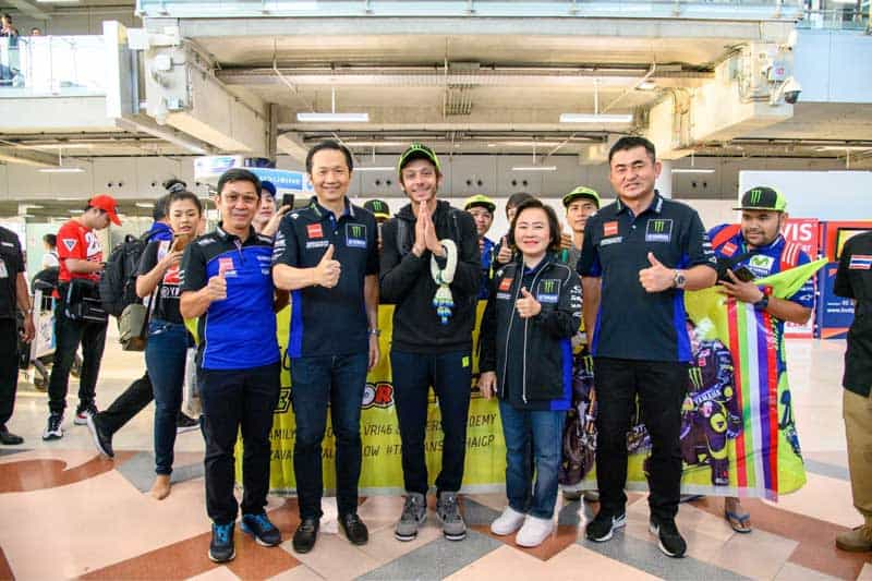 """""""รอสซี่"""" ถึงไทยแล้วพร้อมลุยศึก ThaiGP 2019 ผู้บริหารไทยยามาฮ่าพร้อมแฟนมอเตอร์สปอร์ตต้อนรับคึกคัก   MOTOWISH 1"""