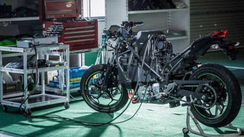 Kawasaki เปิดตัวรถจักรยานยนต์ไฟฟ้าต้นแบบ ที่สามารถเปลี่ยนเกียร์ได้ !! | MOTOWISH 1